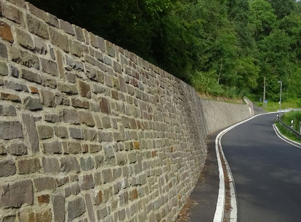 Erneuerung der bergseitigen Stützwand